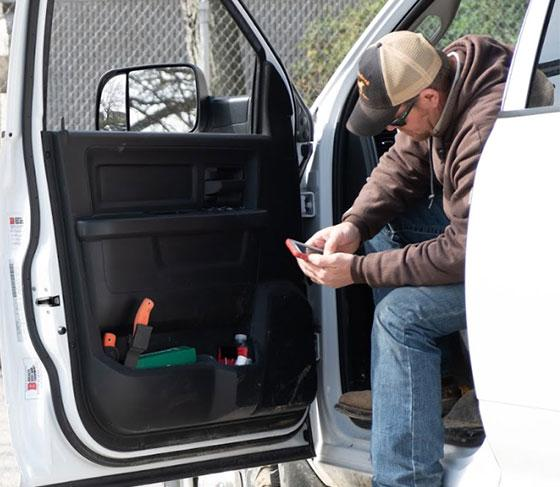 Utility-worker-in-truck